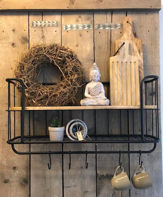 Dit industriële bakkersrek /  wandrek voorzien van stang en 5 verstelbare  haken. Dit rek is voorzien van een legplank en een rooster wat een mooi effect geeft aan het rek. Het wandrek  plaats je  gemakkelijk in de keuken, woon- of werkkamer, of als extraatje voor op de slaapkamer. Dit Wandrek is een mooie decoratie voor in je huis en zijn voor meerdere doeleinden bruikbaar. kleur zwart 80x 40 cm x 20 diep  haken 12 cm