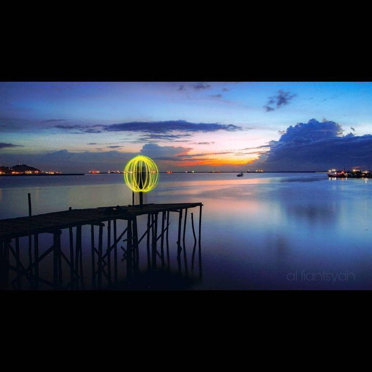 Lightningpaint... ___________________ Lok: Kampung atas air Balikpapan. ___________________ #balikpapan #balikpapanku #inibalikpapanbosku #anakmudabpp #ig_color #lighting #sea #sunset #photography #photoshoot #photobooth #instafame #instagram #landscape #landscapephotography #landscaper #tv #mood #moody #movie #awesome_earthpix #longexposure #longexposurephotography #photooftheday #cinematic #discovery #cameraindonesia #cameraindonesia_borneo