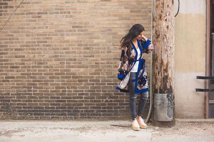 kimono femme mi long bleu cobalt jean gris top blanc #kimono #mode #fashion