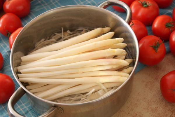 Bulion / wywar z białych szparagów (a właściwie obierek) (dieta wegańska). Sprytne i pomysłowe!