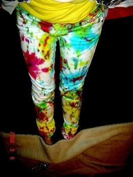 Super cool tie dye jeans! I have an old pair of white levi's that are going to get this treatment!
