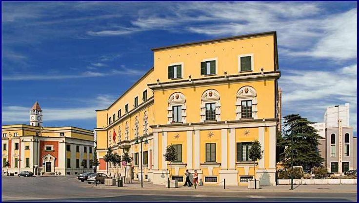 IN CAMPER NELLA TERRA DELLE ACQUILE: ALBANIA.........Da visitare a Tirana: il museo storico, la moschea di Ethem Bey, il ponte di Tabakeve. Sono caratteristici i quartieri antichi coi loro acciottolati e i loro bazar presso i quali potranno essere acquistati i prodotti dell'artigianato locale.
