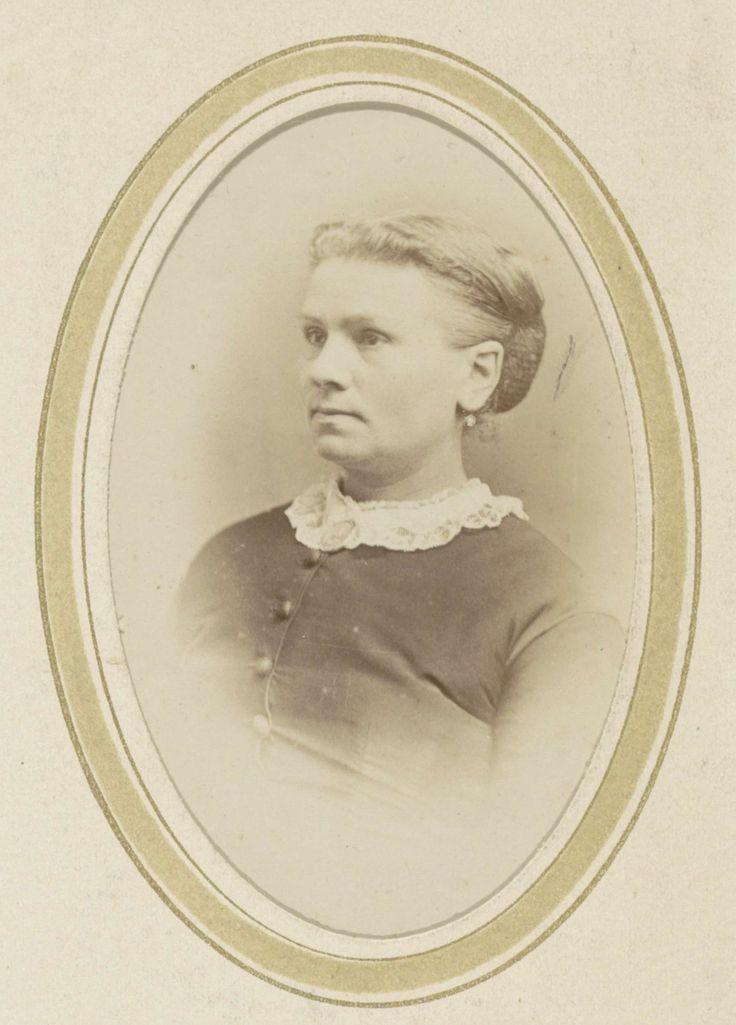 Portret van een vrouw met een kanten kraag, Abraham Koorenhoff, 1863 - 1900