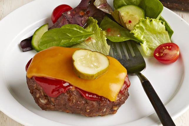 Si vous aimez les burgers au fromage et le pain de viande, vous raffolerez de cette recette facile à faire! Les deux plats populaires qu'elle combine en font une solution gagnante pour les soirs de semaine.