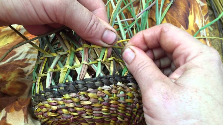 How To Make A Woven Grass Basket : Ingrid ridley weaving crossed pattern into her dilly bag
