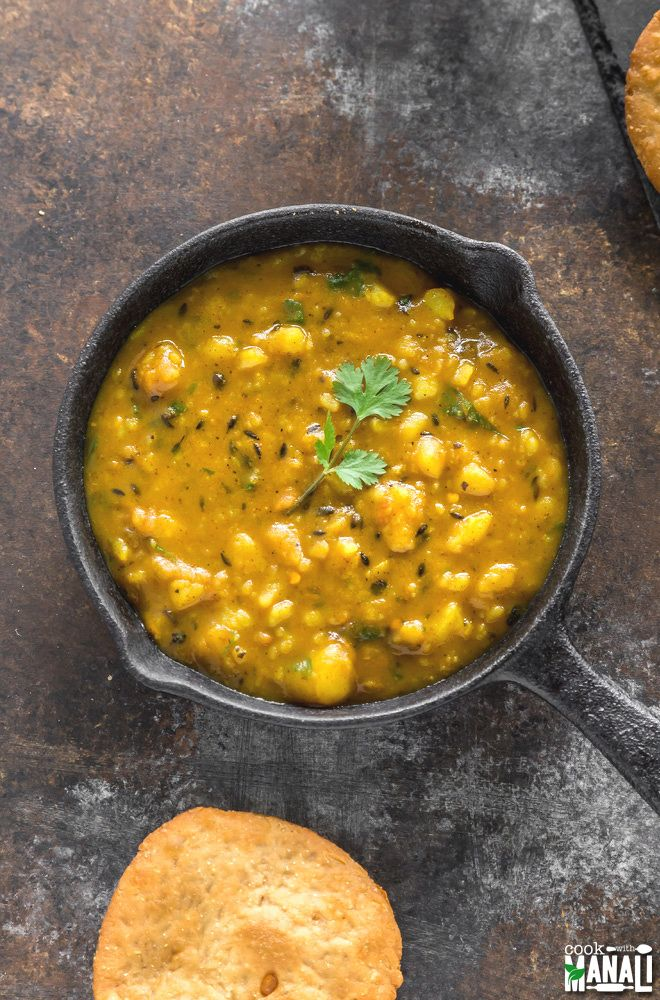 Dubki Wale Aloo is a simple potato curry made with minimal ingredients! It's best enjoyed with kachori or Indian breads like paratha and poori. Find the recipe on www.cookwithmanali.com