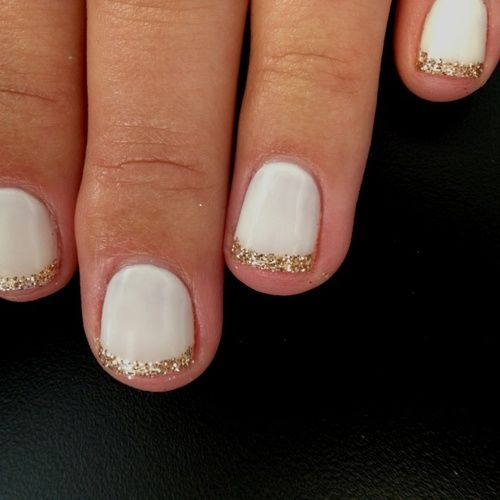 color de uñas base blanco con puntas de oro