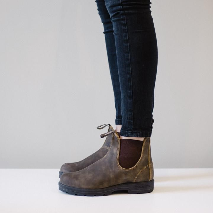 The quint essential Blundstone boot in rustic brown premium leather with contrasting elastic side. Designed for stability and comfort, the fully removable shaped comfort footbed provides a stable cush