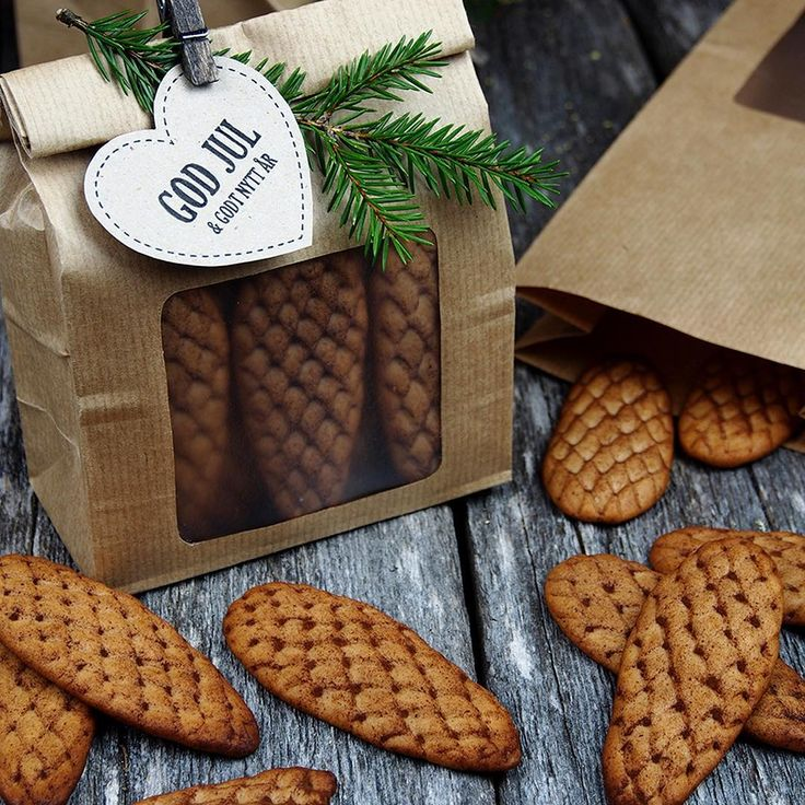 Gingerbreadpinecones | Disse pepperkakekonglene er laget helt uten kjevle og utstikker. Løsningen (og steg for steg bilde) finner du i Bakeland. Der finner du også andre oppskrifter som gjør julen ekstra god!  @cappelendamm @kokeboker #egenreklame #cappelendamm #pepperkaker #pepperkake #gingerbread #matbloggsentralen @thefeedfeed #feedfeed #christmasmoments @bbcgoodfood #bbcgoodfood #jul #bake #sweetpaulholiday @sweetpaulmagazine #julebakst #advent #godtno @godtno #bakeland #julegave…