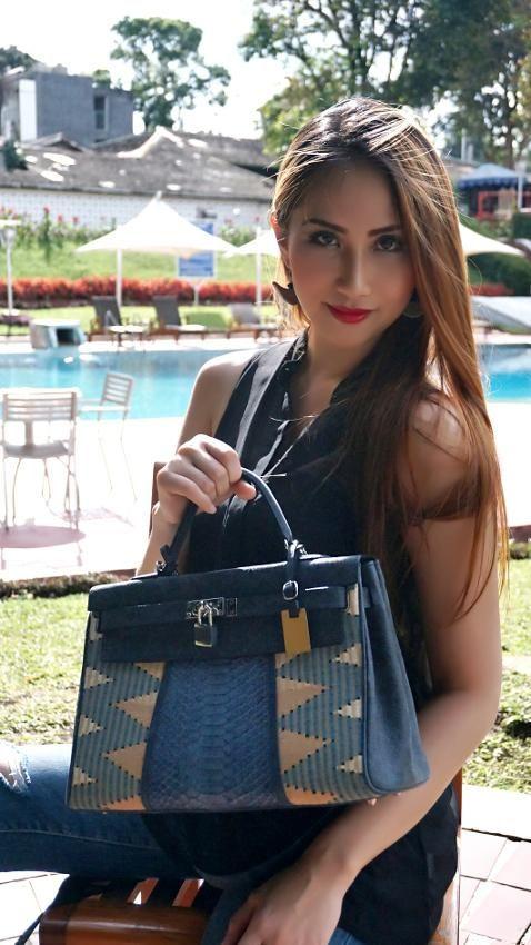 Handbag premium ini sangat cantik karena menggunakan Tenun Rangrang pewarna alam dan kombinasi kulit ular python berwarna navy blue. Material: Genuine...
