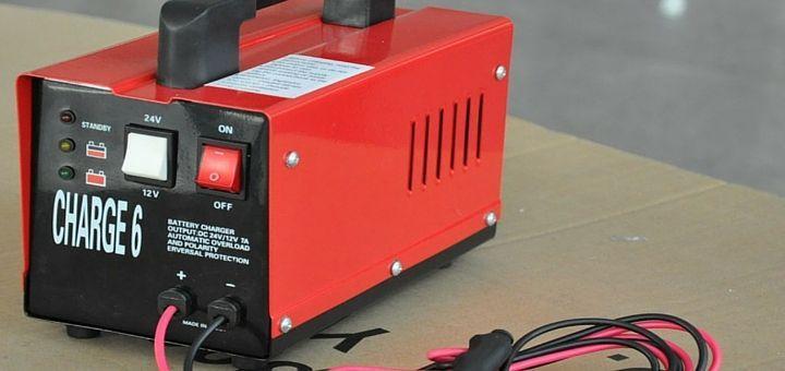 Cómo escoger un cargador de batería para carro. Muchos cargadores se pueden mantener conectadas a una batería para carro de forma indefinida y no la sobrecargarán ni la dañarán. A continuación, Baterías Enerjet presenta algunos pasos simples que te ayudarán a seleccionar el cargador correcto de baterías para auto.