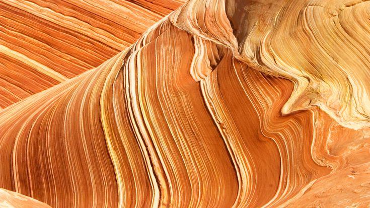 Die Region des heutigen Monument Valley bestand vor mehreren hundert Millionen Jahren zunächst aus einem riesigen Tieflandbecken. In ihm wurden Schichten über Schichten von abgelagert und verfestigten sich zu Gestein. Gewaltige Tafelberge ragen bis zu 300 Meter über die Hochebene. Die deutlich erkennbare rötliche Farbe der Felsen resultiert aus in den Gesteinsschichten enthaltenem Eisenoxid. Der rotglühende Sandstein wirkt besonders majestätisch und stimmungsvoll, wenn sich die Silhouette…