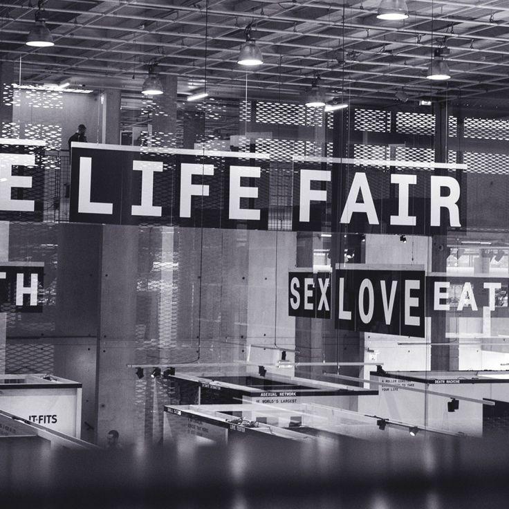 De tentoonstelling The Life Fair. New Body Products laat ons zien hoe het streven naar het optimale lichaam zich tot een hoogst competitieve markt heeft ontwikkeld.