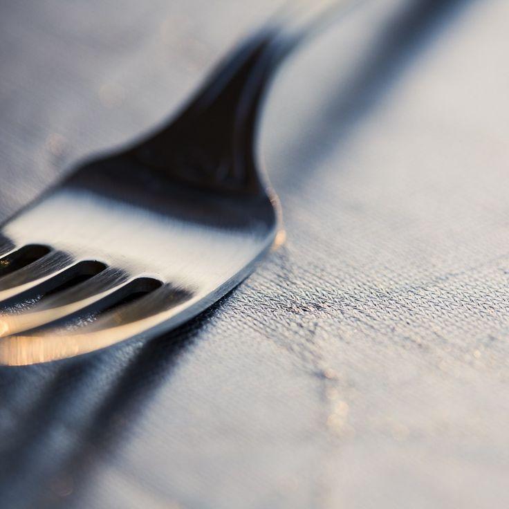 En condiciones normales, al fotografiar un plato de comida, el tenedor se convierte en el vínculo con el humano aún ausente; pero en la condición actual es difícil pensar en el tenedor sin ver primero el plato vacío.