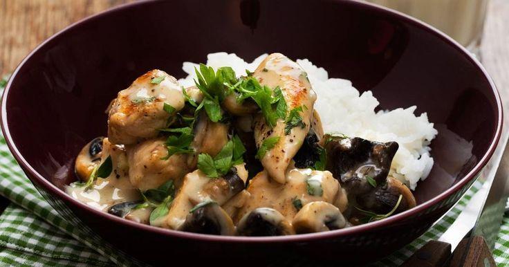 Enkel och snabb fransk kycklinggryta med smak av champinjoner, timjan och vitlök. Vill du ha ännu mer Frankrike i såsen – använd dijonsenap!