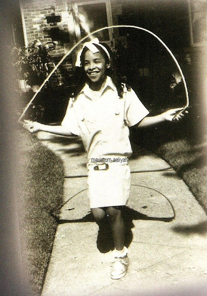 It's time for me to share more scans from my collection here! So what's your favorite Aaliyah picture when she was a child? Here is mine!!! I'M JUST IN LOVE WITH THIS ONE!