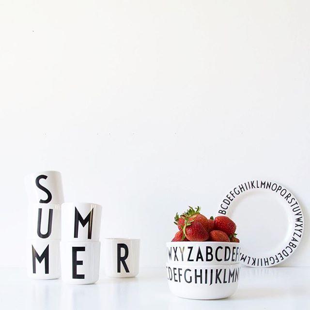 Solen skiner och påminner oss om att det fortfarande är sommar! Trevlig helg önskar personalen på R.O.O.M. Utvalda produkter från Design Letters finns att köpa på R.O.O.M. i Täby C. Skål och tallrik, 89kr styck. Mugg från 89kr. #roombutiken #designletters Foto: @designletters