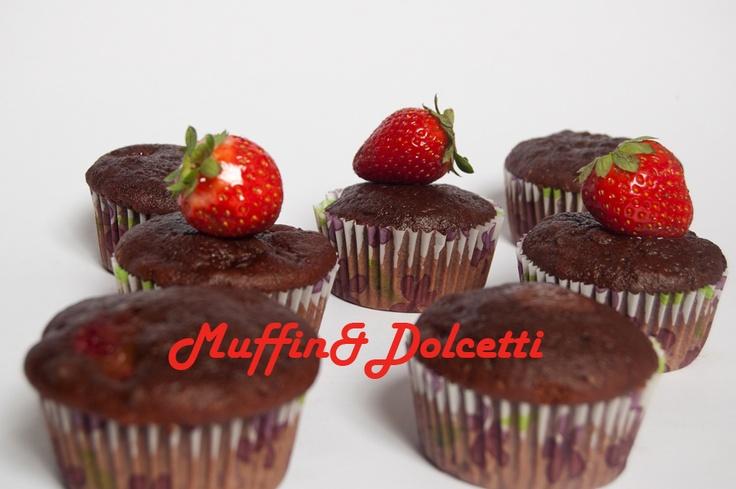 Muffin con cacao e fragole! Per la videoricetta clicca qui: http://youtu.be/IjXovLJoHw4    Muffin with chocolate and strawberries! For the recipe click: http://youtu.be/IjXovLJoHw4