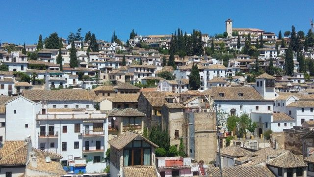 Pensando en viajar a Granada con niños?Esta ciudad milenaria del sur de España enamora, y es una de las más bonitas de España. Si es vuestra primera visita os encandilará. Si no es así seguro que estaréis encantados de repetir.  Destino turístico de primera. Bella y siempre deseada. Gozando de un enclave