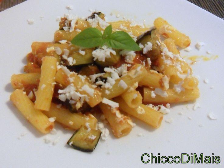 Pasta alla norma (ricetta siciliana). Ricetta della pasta alla norma, condita con melanzane fritte, sugo di pomodoro e basilico e ricotta salata