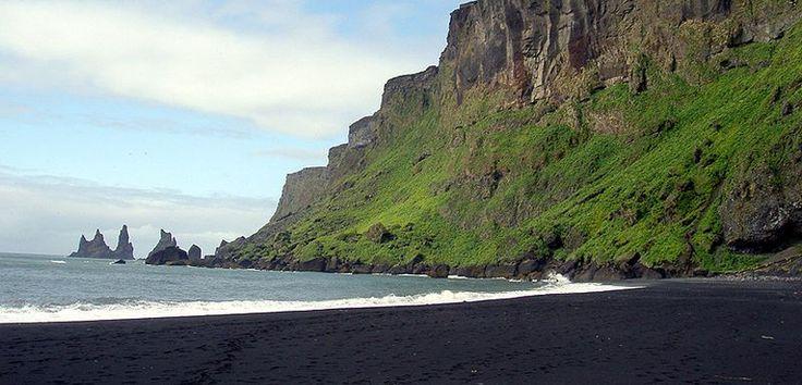 Descubre las playas de arena negra más espectaculares del mundo. Playas que suelen ser de origen volcánico creando paisajes asombrosos.