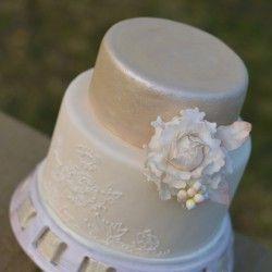 Pünkösdi rózsás esküvői torta