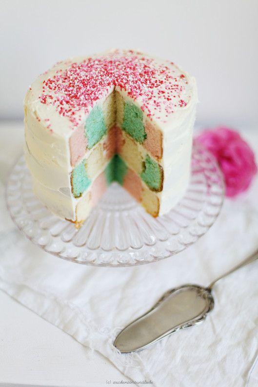 Ein Schachbrettkuchen in Pastell - fast zu schön, um gegessen zu werden