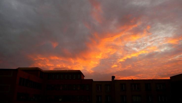 A stormy sky over Paris rooftops. Meteo paris (75000 - FR) - 1er site meteo pour Paris et l'île-de-France - previsions meteo à 12 jours gratuites - Paris weather forecast