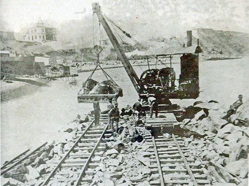 """La grúa 82 con su aspecto original, trabajando en el puerto, hacia 1915   Coordenadas: 33°35'10.15""""S 71°36'46.69""""W   Por todo Chile, pued..."""