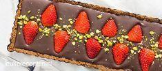 Valentijn recept: snelle no-bake taart met een bodem van bastogne en chocolade ganache vulling met aardbeien