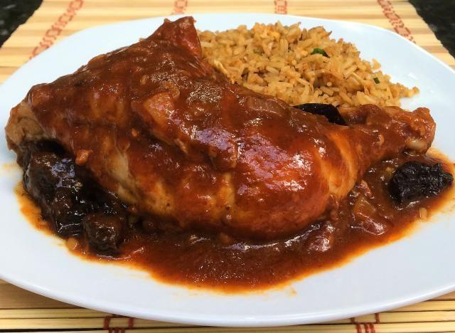 Pollo a la ciruela: mexicano con un poco de europeo y asiático. Receta fácil para preparar pollo bañado con una salsa ligeramente dulce que consiste de ciruelas pasa, tomate, cebolla y ajo.