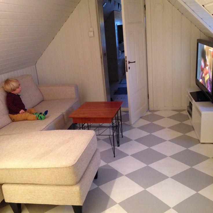 TV-rum, vardagsrum, rutigt golv