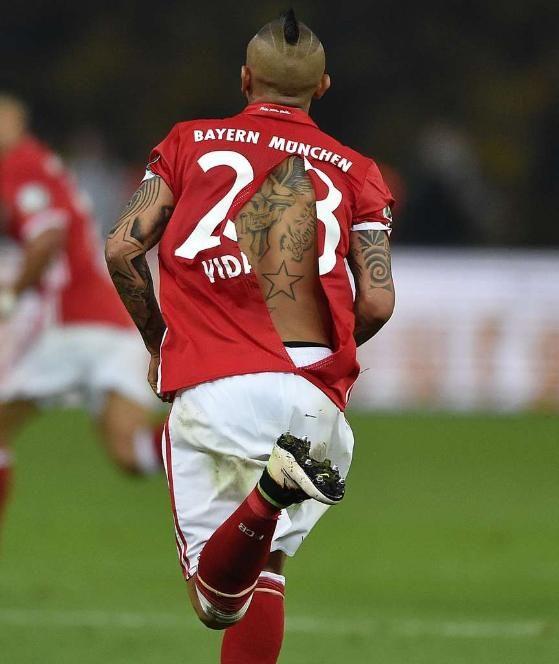 Arturo Vidal gab sein letztes Hemd. Sein Trikot hielt dem Gezerre von BVB-Abwehrspieler Sokratis nicht stand. Glück für Dortmund, dass es da keinen Elfer gab