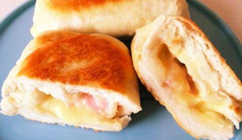 """ふわふわな手でちぎれる""""ちぎりパン""""や、中にいろいろな具を挟みめる""""ピタパン""""などおウチで簡単に作れるパンが大ブーム。そして次に来るのがフライパンでパン!? 焼きたてのパンの香りを手軽に楽しめる、朝食やランチにピッタリのフライパンでパパッと簡単にパンを作るレシピをご紹介します。"""