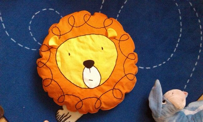 New lion pillow rulez in the kids room. Rrrr! pastelovenitki.blogspot.com