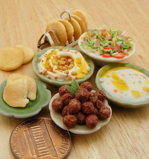 Detallados conjuntos de miniaturas de comida creadas por Shay Aaron, todo un artista de la arcilla polimérica. Es increíble la cantidad de alimentos que ha reproducido a escala 1:12.