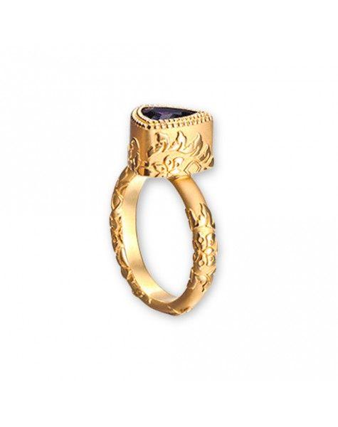 La rica decoración presente en los bordados, tejidos y colores del Siglo de Oro español inspira este anillo. La sortija Velázquez, de oro amarillo y con una amatista forma parte de la colección Tesoros del Imperio de la firma Carrera y Carrera.