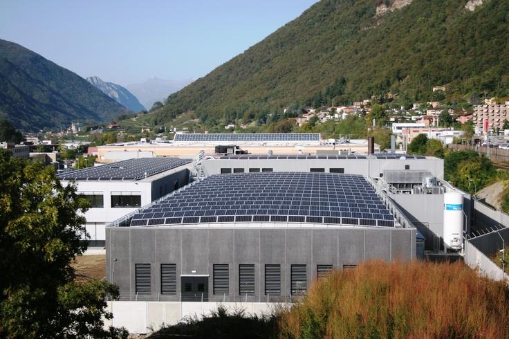 Per la nuova sede di Argor-Heraeus sono state scelte coperture curvilinee con soluzione tecnica 'Aliant Shed' di Baraclit, nella zona produttiva, e tetti piani nella palazzina uffici.