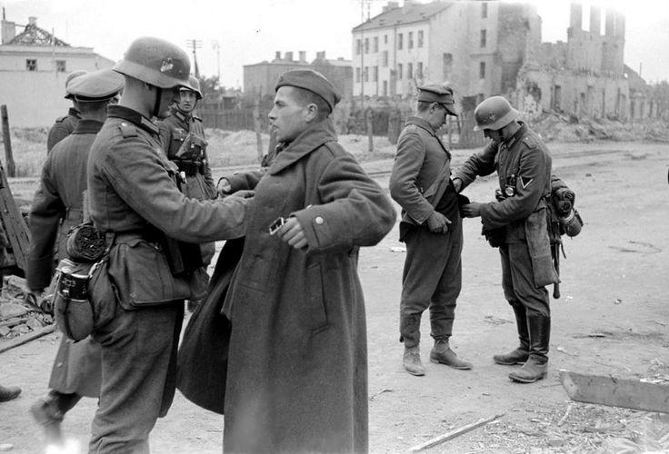 Niemieccy żołnierze przeszukują Polskich żołnierzy, którzy poddali się podczas obrony stolicy. 28 września na ul. Grochowskiej róg Krypskiej. Niemiecka inw