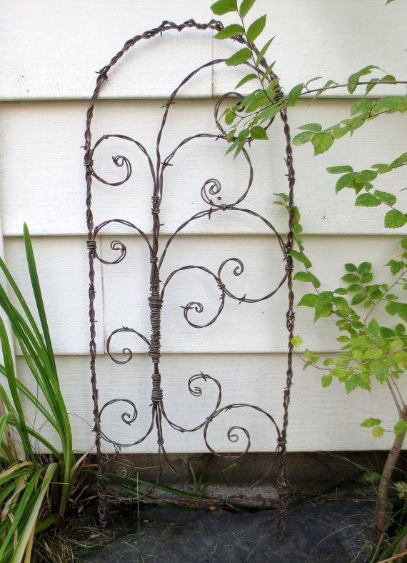 Je vais créer pour vous un treillis très semblable à celui-ci !  Donner à vos plantes art atteignable à explorer.  Bon pour vos plantes de jardins ou en pot ; à lintérieur ou dehors.  Il est situé environ 34 de haut et mesures et 13 dans lensemble. Il a été créé à laide de fils de fer barbelés rouillés récupérés. Ce treillis se poursuivra à la rouille avec la pluie et la neige ; la recherche du plus beau avec chaque année qui passe.   Veuillez noter : Cette grille est fabriqué sur commande…