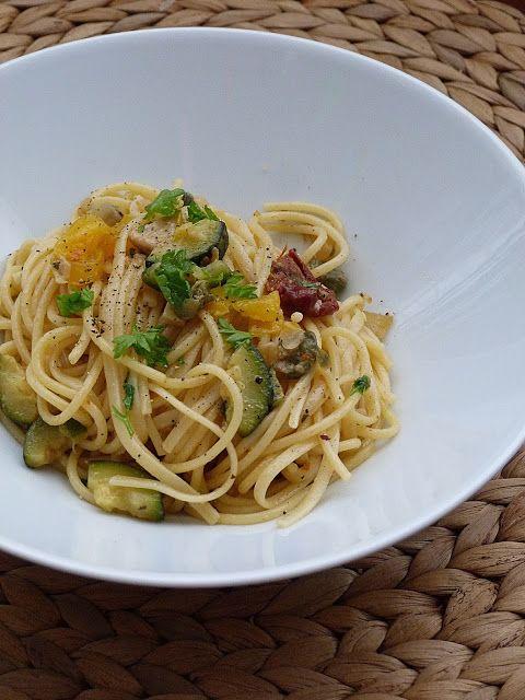 Kouzlo mého domova: Špagety s krůtím masem, zeleninou, sušenými rajčátky a kapary