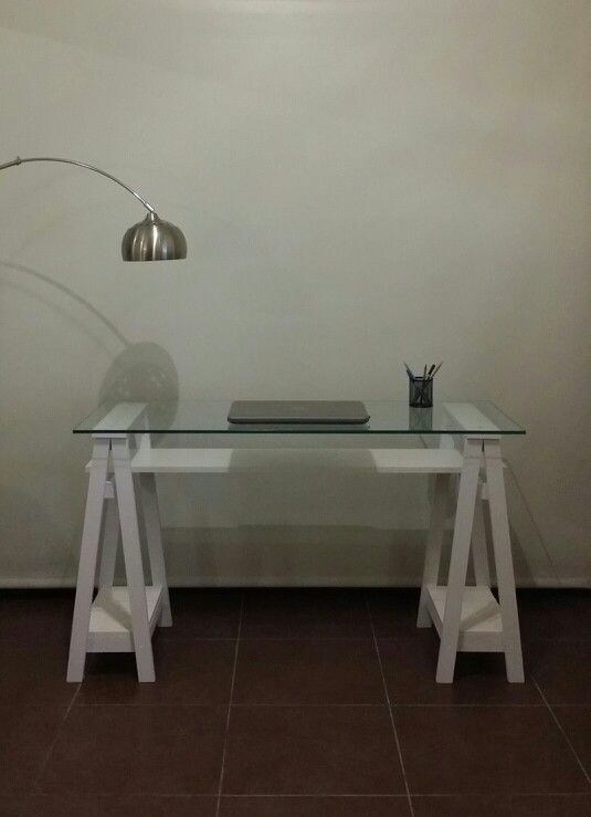 Escritorio / Vidrio + Caballetes + Estante