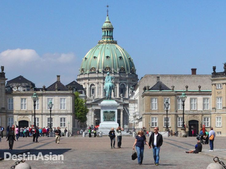 Fasad Istana Amalienborg, salah satu spot wisata Kopenhagen untuk menyaksikan warisan arsitektur Rococco dan legiun penjaga berseragam merah, Den Kongelige Livgarde.