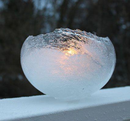 DIY Eislaterne: Tolles Experiment für die kalten Tage. Alles was ihr braucht sind Wasser, ein Luftballon und ein Teelicht - DIY Weihnachtsgeschenk & Experiment