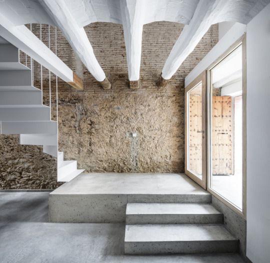 Rehabilitación de una casa entre medianeras en Sant Feliu de Llobregat / DataAEPhotos © Adrià Goula