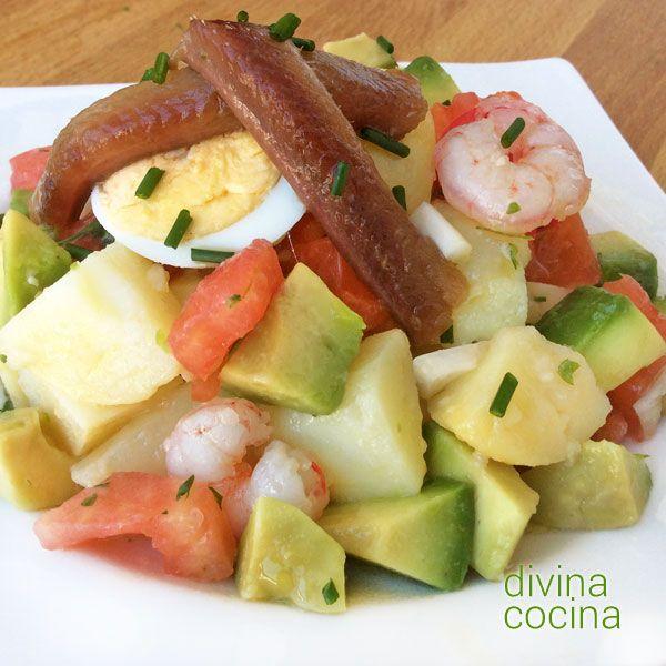 Esta receta de ensalada de patatas, aguacates y gambas te permite alegrar unas tradicionales patatas aliñadas y convertirlas en un plato especial.
