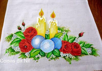 pano de copa com velas,bolas de natal e rosas vermelhas