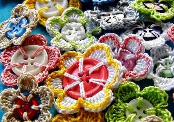 Вязаные цветочки на основе пуговиц