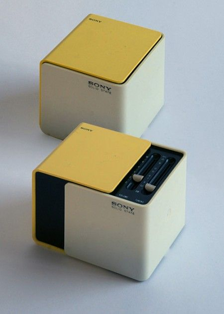 Released in 1970, when Sony had become the first Japanese company to list shares on the New York Stock Exchange. Sliding the faces on this cubic radio reveals a speaker in front and controls on top, a unique design at the time. One version of its packaging commemorates the World Expo in Osaka, held in March that year, and many expo-goers picked up the radio as a gift.