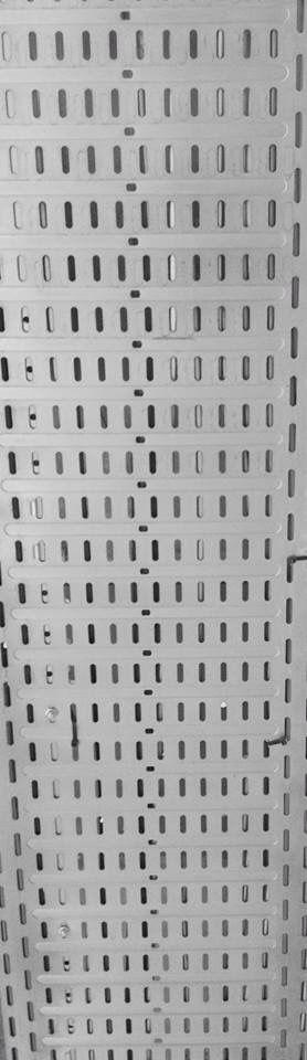 LIJN = dit is een metalen plaat die op het plafond de kabels verbergt, hierin zitten veel langwerpige uitsnijdingen die lijnen vormen
